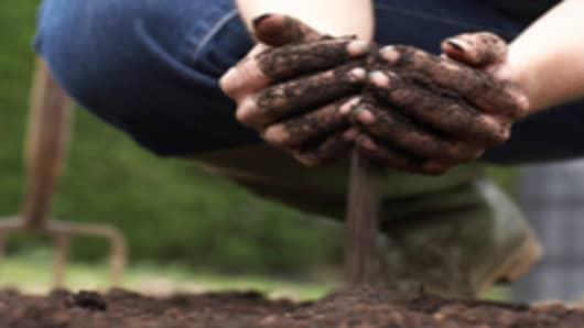 scooping_soil_200.jpg