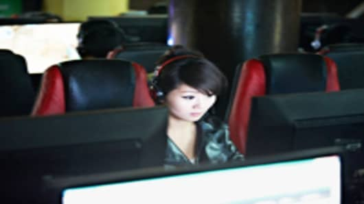 Chinese-girl-in-internet-cafe_200.jpg