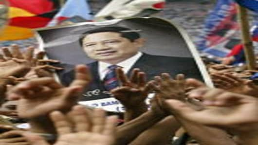 Supporters of Presidential candidate Susilo Bambang Yudhoyono hold a poster showing their idol on June 27, 2004 during a large rally in the Indonesian capital Jakarta. Tens of thousands of Indonesian supporters came to the rally the last one in Jakarta before voters go to the polls on July 5.