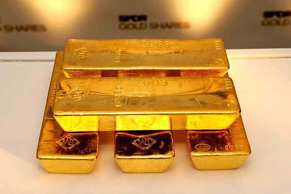 Value of holdings: $70.7 billion Holdings total: 1,213.9 tons Unlike other major gold holdings, this is one that investors can actually buy in to. As the price of gold fluctuates, so does the value of the GLD, which held 38,845,889 ounces, or 1,213.9 tons of gold as of the ETF's 10-Q filing on June 30, 2011. Although gold is off it's all time highs, during the week of August 22, 2011, the heavily-traded S&P 500 SPDR (SPY) for the first time. Like many investors, the ETF has indicated they have s