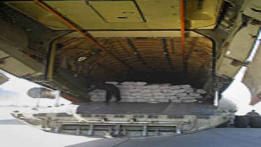 Aircraft unloading bales of cash slated for transfer to the Central Bank of Iraq