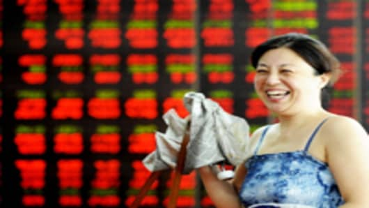 An investor smiles at a stock exchange hall on August 10, 2011 in Shenyang, Liaoning Province of China.