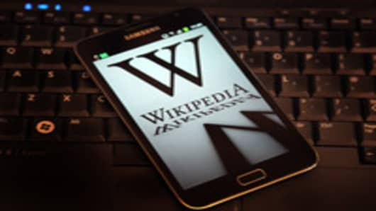 The Wikipedia website has shut down its English language service for 24 hours in protest over the US anti-piracy laws.