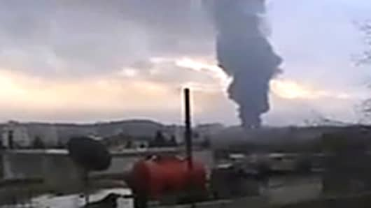 An explosion set on fire a crude oil pipeline feeding a Syrian oil refinery in the city of Homs.