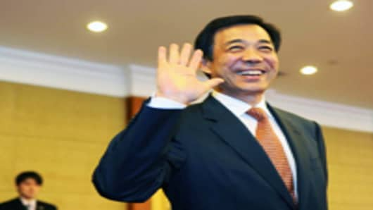 Bo Xilai, outgoing Secretary of Chongqing Municipal Committee of the Communist Party of China, waves to journalists.