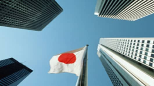 japan-flag-surrounded-by-shinjuku-buildings_200.jpg