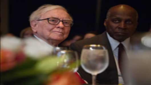 Warren Buffett (L), CEO and chairman of investment company Berkshire Hathaway, and adviser to former US president Bill Clinton, Vernon Jordan, attend the 25th anniversary dinner of the Economic Club of Washington in Washington on June 5, 2012