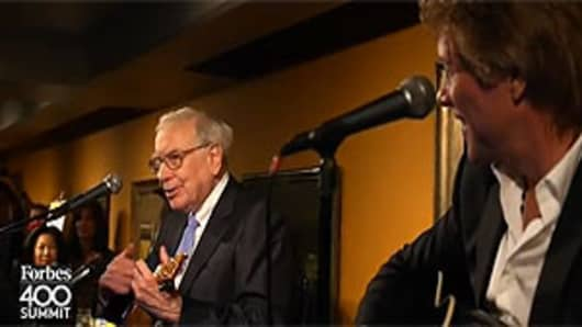 "Warren Buffett and Jon Bon Jovi perform ""The Glory of Love"" at a Forbes philanthropy conference in New York, June 26, 2012."