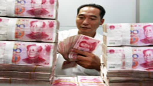 China-bank-teller-counting-money-new_200.jpg
