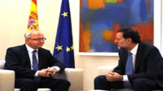 Spanish Prime Minister Mariano Rajoy (R) holds talks with EU Economic and Monetary Affairs Commissioner Olli Rehn at the Moncloa palace on October 1, 2012 in Madrid.