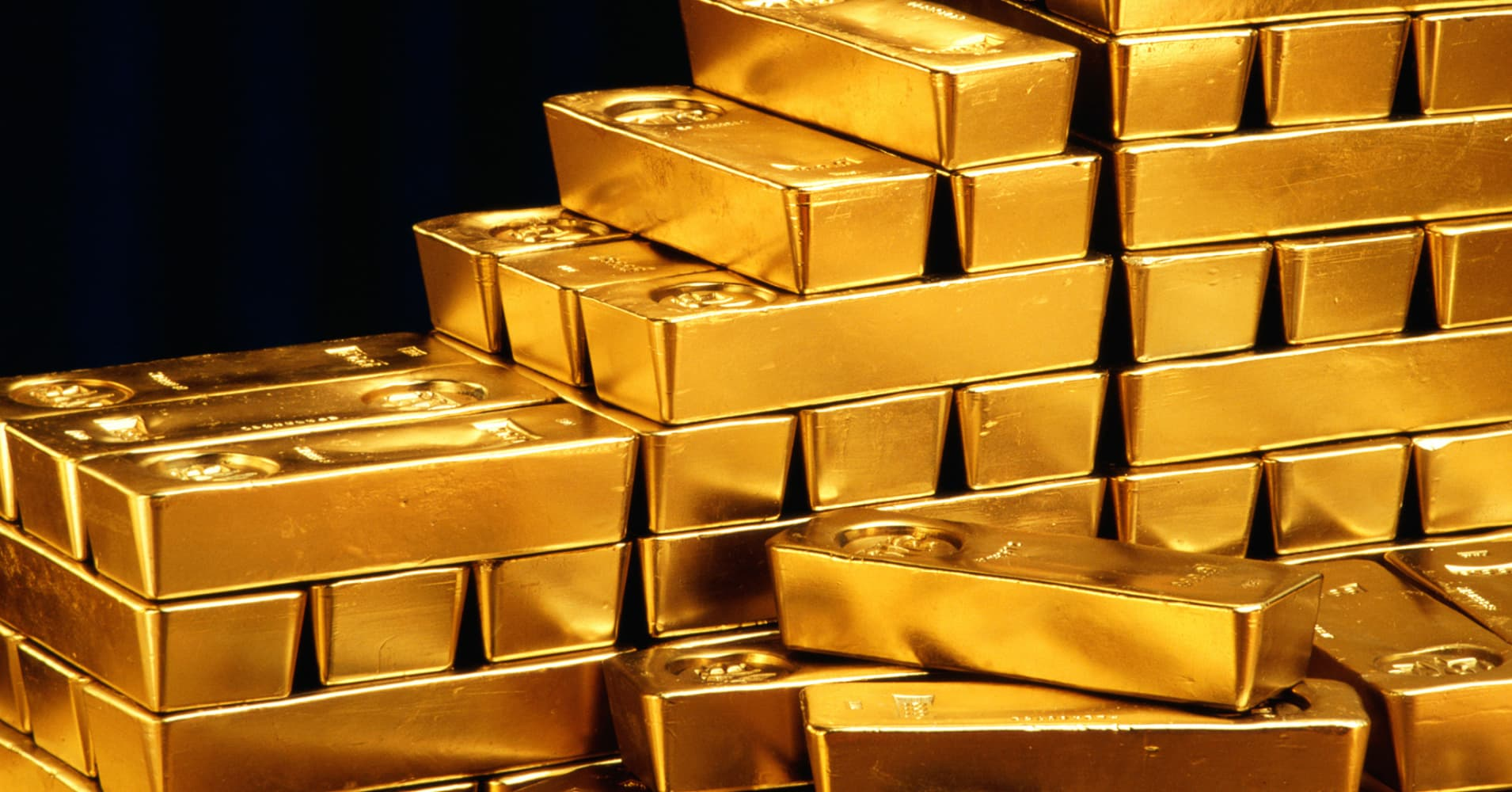 Gold rises from 1-month lows; palladium at discount to platinum
