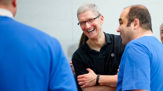 Tim Cook (center)