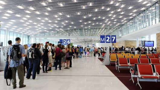 antrean di bandara sangat panjang, tips saat di bandara adalah jangan buru-buru ambil antrean.