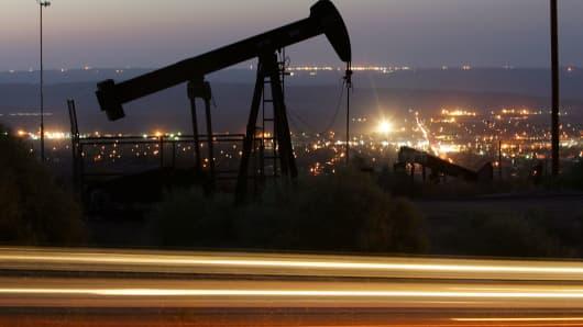 82002101DM044_Surging_Oil_I