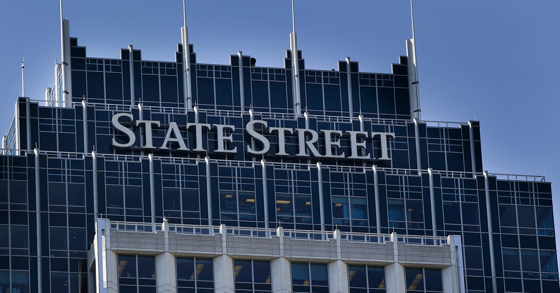 Noted banking analyst Mike Mayo warns State Street shareholders executive pay is too high