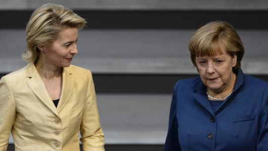 German Chancellor Angela Merkel and German Labour minister Ursula von der Leyen arrive prior to a debate at the German parliament