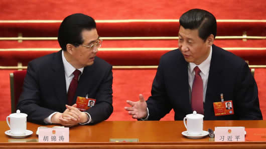 China's new President Xi Jinping (R) talks with former President Hu Jintao (L) on March 14, 2013 in Beijing, China.