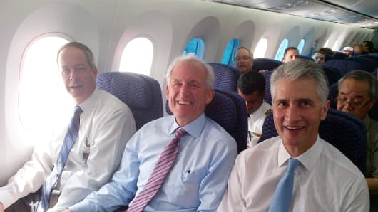 Boeing CEO Jim McNerney (middle seat), United CEO Jeff Smisek (aisle)