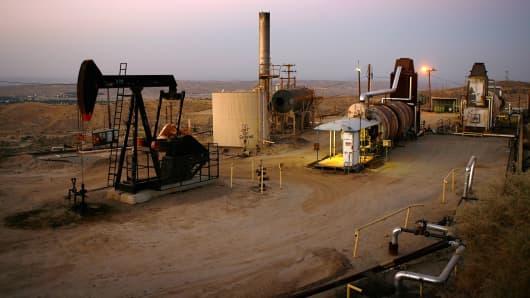 82002101DM043_Surging_Oil_I