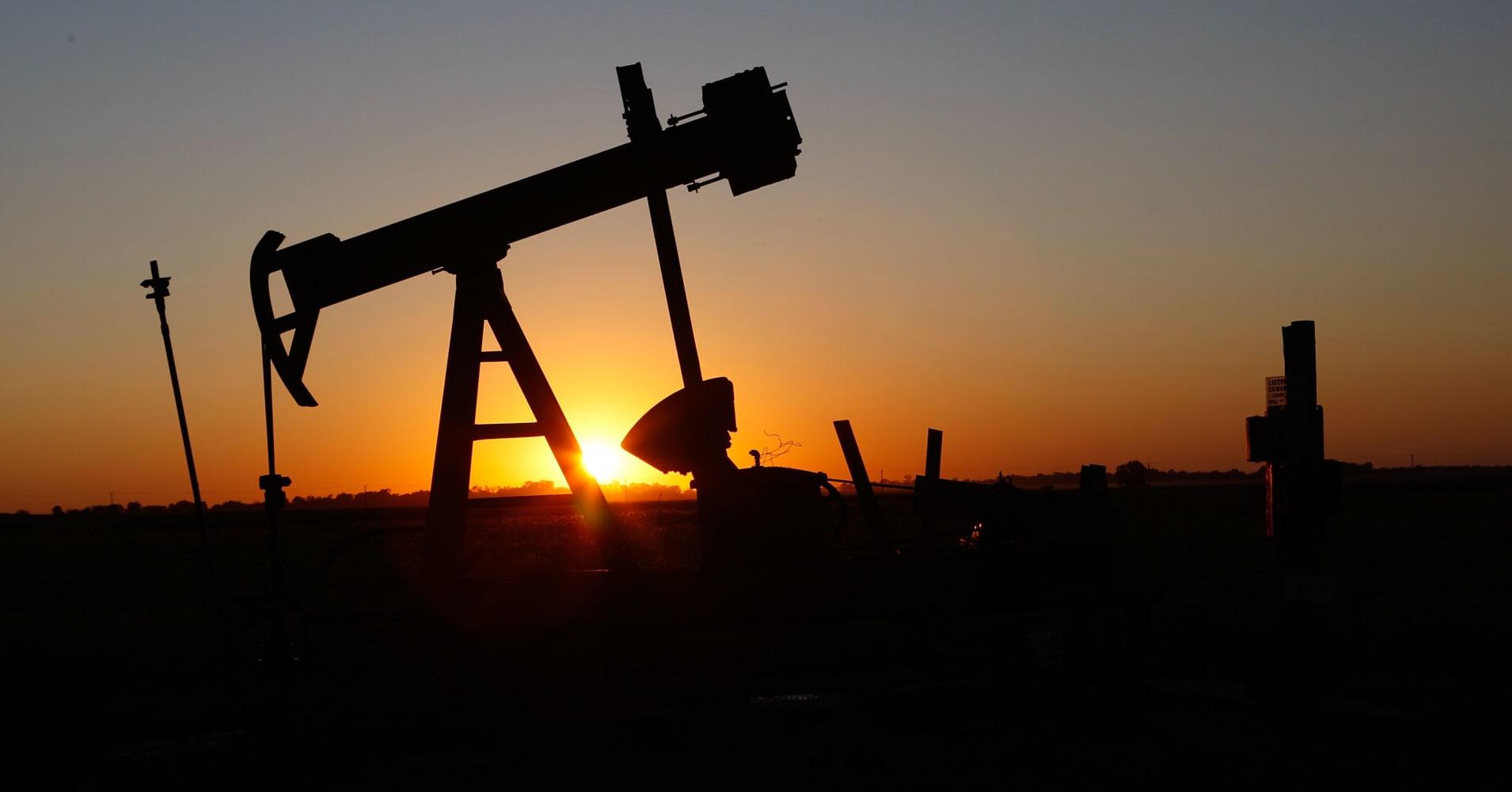US oil slumps as China threatens duty on U.S. crude imports