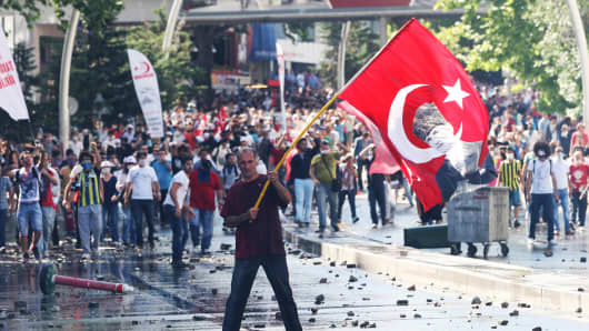 Turkish Police Detain Nearly 1,000 in Protests