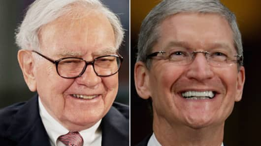 Warren Buffett (L) and Tim Cook (R)