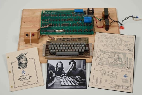 Christie's is auctioning off an original Apple-1 computer owned by Ted Perry as part of its First Bytes: Iconic Technology from the Twentieth Century, an online auction of vintage tech products.
