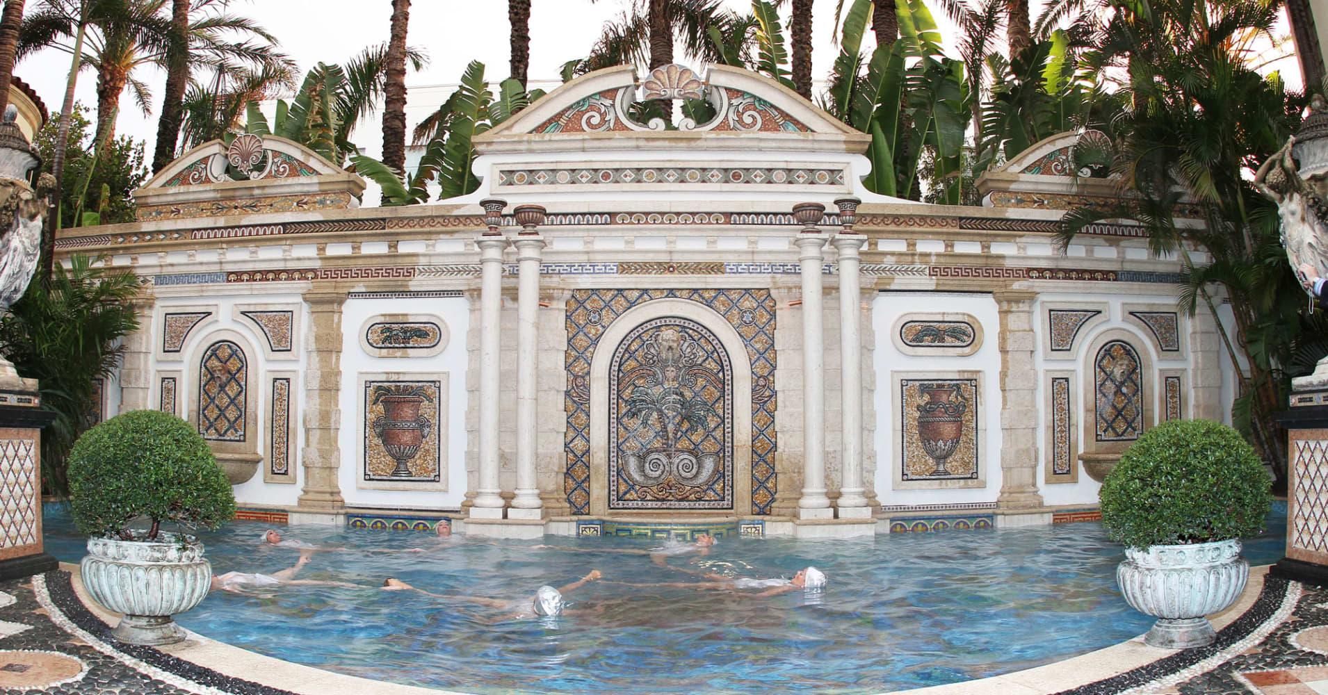 versace mansion sells for 41 5 million. Black Bedroom Furniture Sets. Home Design Ideas