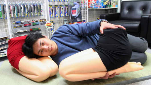 Developer of 'Hizamakura', or lap pillow, Makoto Igarashib.