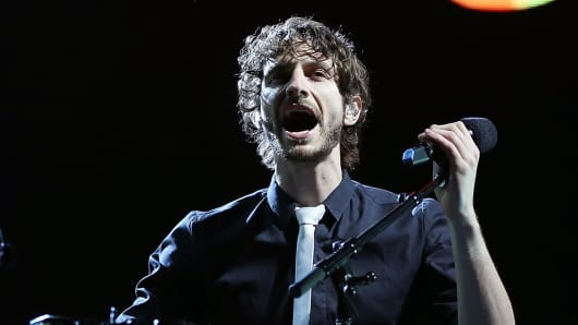 Wally DeBacker of Gotye performing.