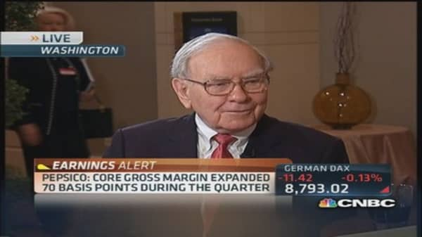 Buffett sides with Apple against Icahn's call for buyback