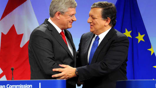 Canadian Prime Minister Stephen Harper (L) and  European Commission President Jose Manuel Barroso (R)