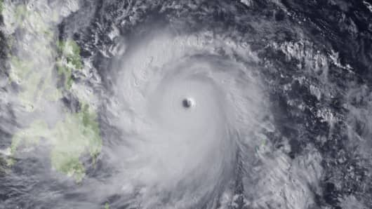 Super Typhoon Haiyan moves towards the Philippines