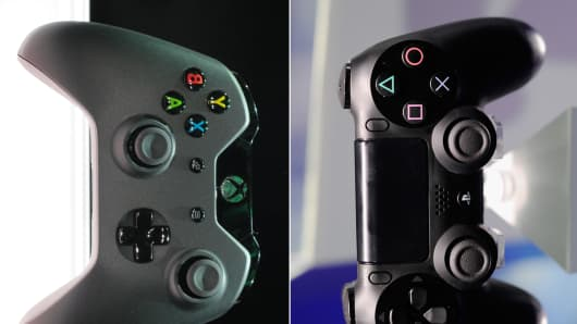 Xbox One (L) and PS4 (R) controllers.