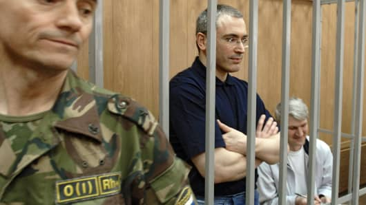 The ex-head of Yukos Mikhail Khodorkovsky (centre) and Menatep chief Platon Lebedev during sentencing at the meshchansky court, may 30, 2005, Moscow, Russia.