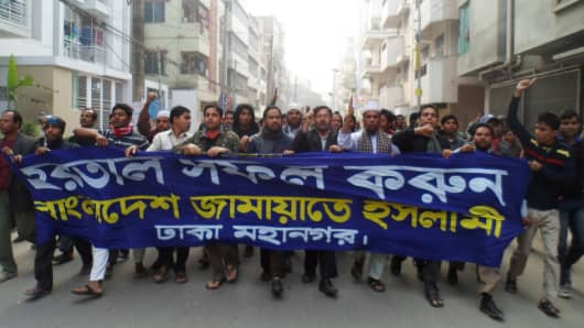 Bangladeshi protesters march during a rally on January 5, 2013 in Dhaka, Bangladesh.