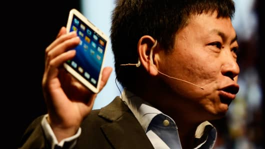 Richard Yu of Huawei unveils the Ascend Mate 2 4G at the 2014 International CES in Las Vegas.