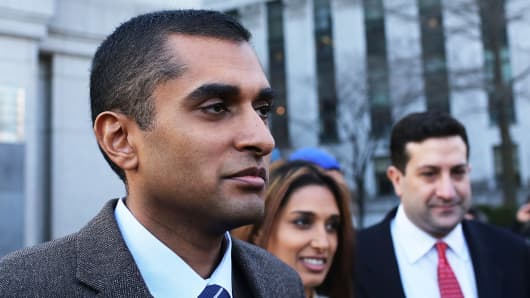 Mathew Martoma (L) walks with wife Rosemary and his lawyer outside Manhattan federal court on Jan. 3, 2013.