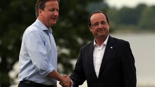 UK Prime Minister David Cameron (L) and French President Francois Hollande