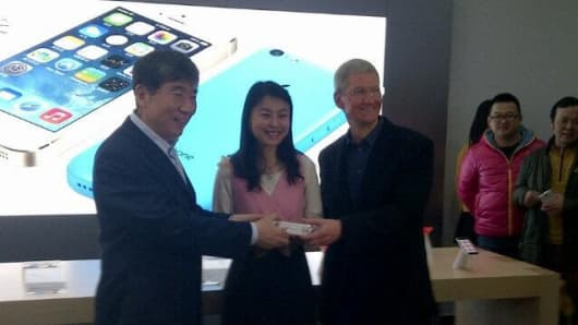 Ten customers received signed iPhones from both Apple CEO Tim Cook and China Mobile Chairman Xi Guohua.