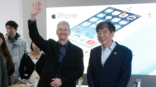 Apple CEO Tim Cook and China Mobile Chairman Xi Guohua (R) visit a China Mobile shop to celebrate the launch of iPhone 5S and iPhone 5C on China Mobile's fourth generation (4G) network on January 17, 2014 in Beijing, China.