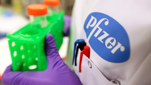 A Pfizer technician as she works at Neusentis Ltd.'s research laboratory, a unit of Pfizer Inc., in Cambridge, U.K., on Thursday, Sept. 26, 2013.