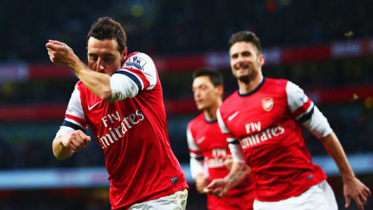 Arsenal's Santi Cazorla (L) celebrates with Olivier Giroud (R)