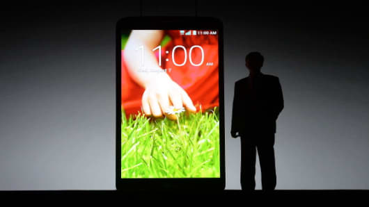 LG Communication CEO park Jong-Seok unveils LG's new smartphone the LG G2