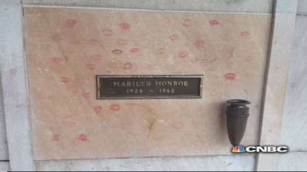 Be buried near Marilyn for only $699,000