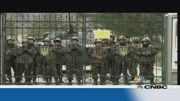 Ukrainian and Russian troops in a standoff