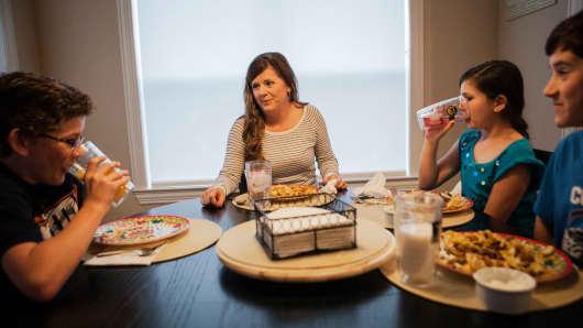 Alice Korey eats dinner with her kids Alex, 12, left, Elana and Luke