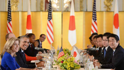 U.S. President Barack Obama, second from left, and Shinzo Abe, Japan's prime minister, right, attend a meeting at the State Guest Houses in Tokyo, Japan, on Thursday, April 24, 2014.