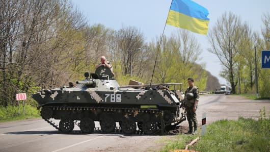 Ukrainian soldiers guard a roadblock along the highway on April 24, 2014 near Slovyansk, Ukraine.