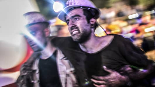 An injured miner came out carried by rescuers, on May 13, 2014 after an explosion in a coal mine in Manisa.